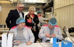 Minister Crevits op bezoek bij maatwerkbedrijf OptimaT