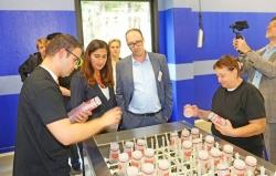 Maatwerkbedrijf AMAB opent eerste wasstraat voor herbruikbare bekers