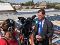 Bart Tommelein op de opening van zonne energie park van maatwerkbedrijf De Brug