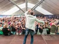 Maatwerkbedrijf Bewel opende de Limburgse festivalzomer met een swingend feestje