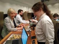 Sandra van maatwerkbedrijf TWI aan het werk in het Vlaams Parlement